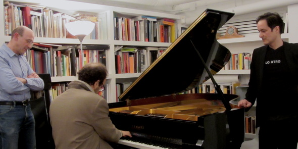 MOMENTO EN EL QUE ANDY SE SIENTA A PROBAR EL PIANO RENACIDO. LEONARDO PIZZOLANTE A LA IZQUIERDA Y JUAN GARCÍA DE CUBAS A LA DERECHA. FOTO © JUAN GARCÍA CASTELLÓ