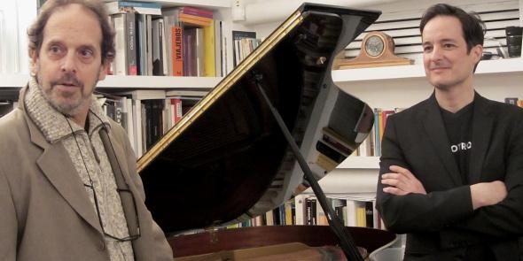 ANDY Y JUAN OPINANDO SOBRE EL 'NUEVO' PIANO. FOTO © JUAN GARCÍA CASTELLÓ