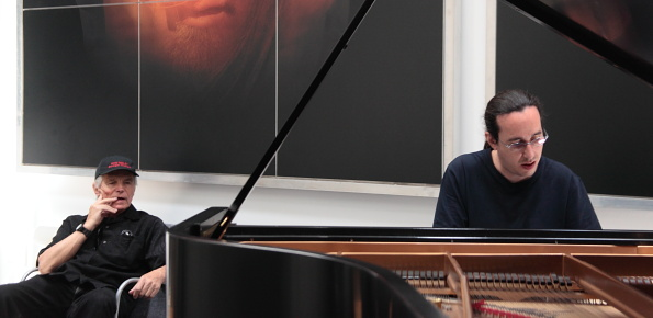 BOB DISFRUTANDO DEL PIANO DE LLUIS