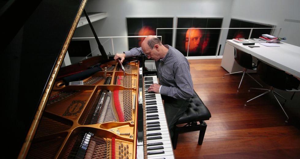 Leonardo Pizzolante afina el piano en su estado actual  © García de Cubas